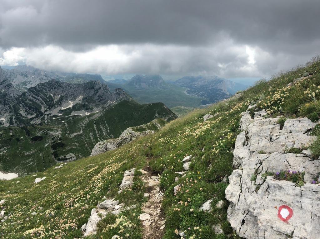 Markierung der Wanderrouten in Montenegro