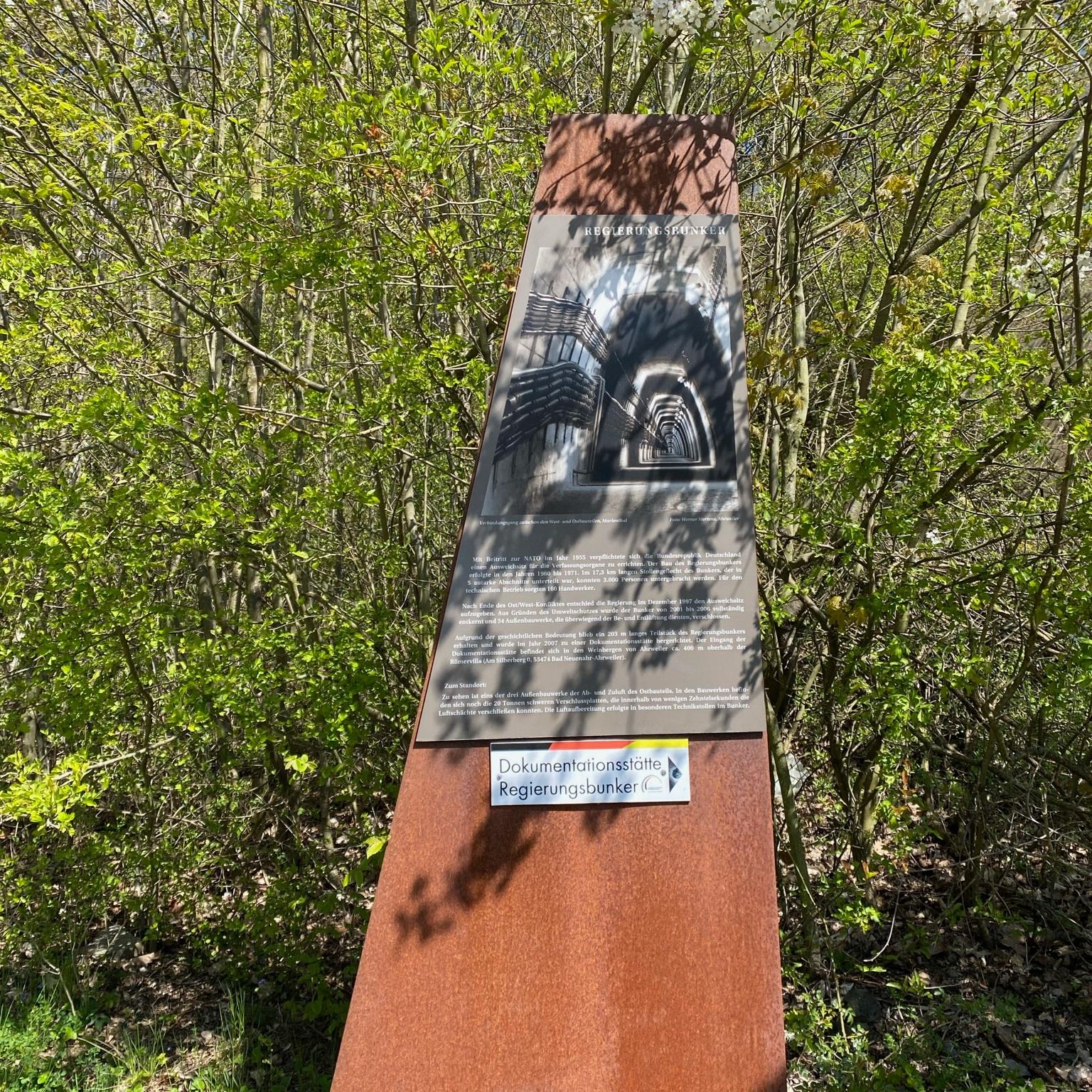 Im Ahrtal finden sich überall Hinweisschilder zur Dokumentationsstätte Regierungsbunker
