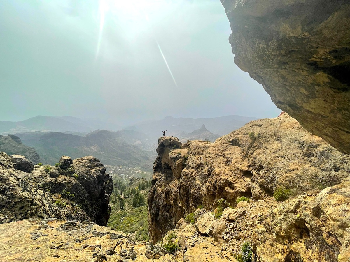Blick hinter dem Roque Nublo auf die Berge