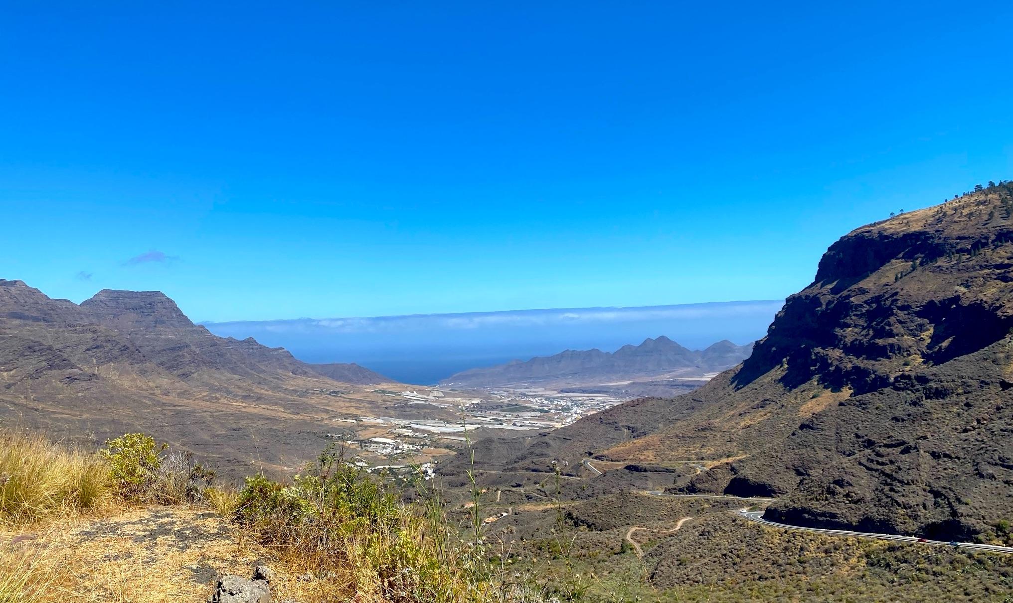 Ausblick von einer Straße auf die Berge und das Meer auf Gran Canaria