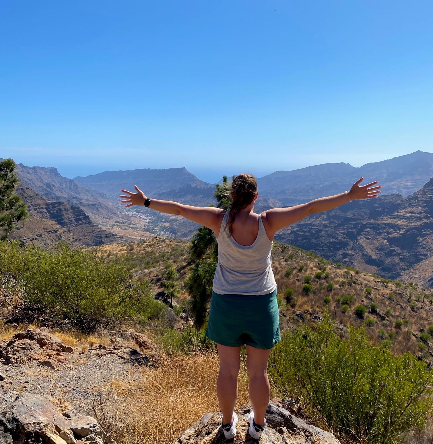 Bergblick an einer Bergstraße auf Gran Canaria