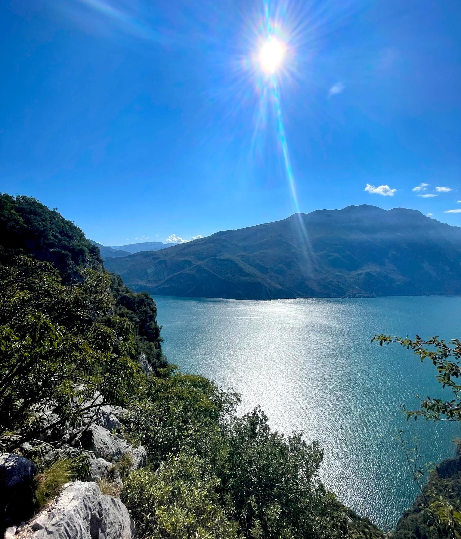 Ausblick auf den sonnigen Gardasee